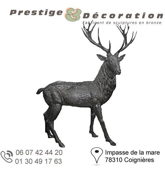 sculpture de cerf en bronze avec des grands bois