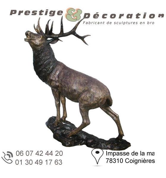 sculpture de cerf en bronze majestueux sur socle