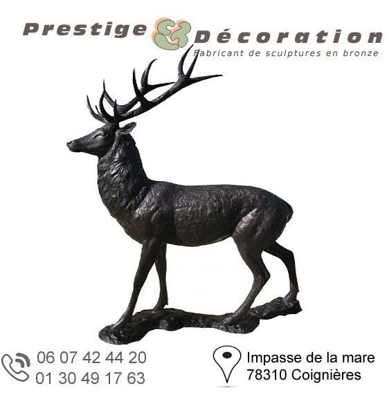 sculpture de cerf en bronze à l'affut